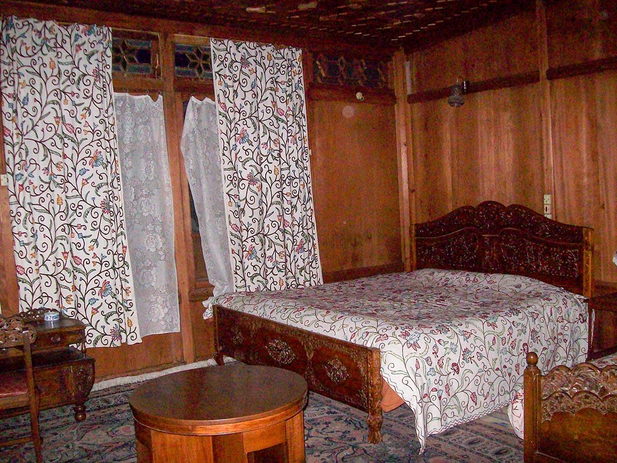 inside-of-houseboat